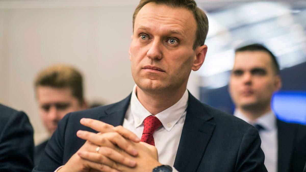 Навальному погрожують ув'язненням і терміново викликають до Росії