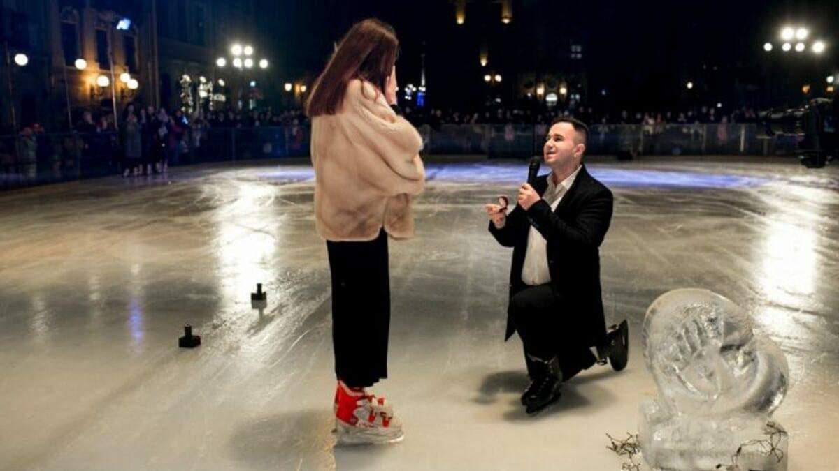 Под слезы и аплодисменты: в центре Львова на катке состоялось трогательное признание - фото