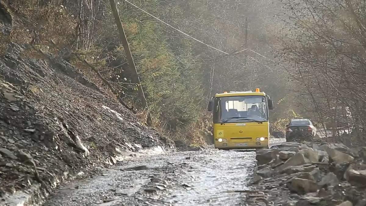 На Буковине люди оказались в изоляции из-за разрушенной дороги