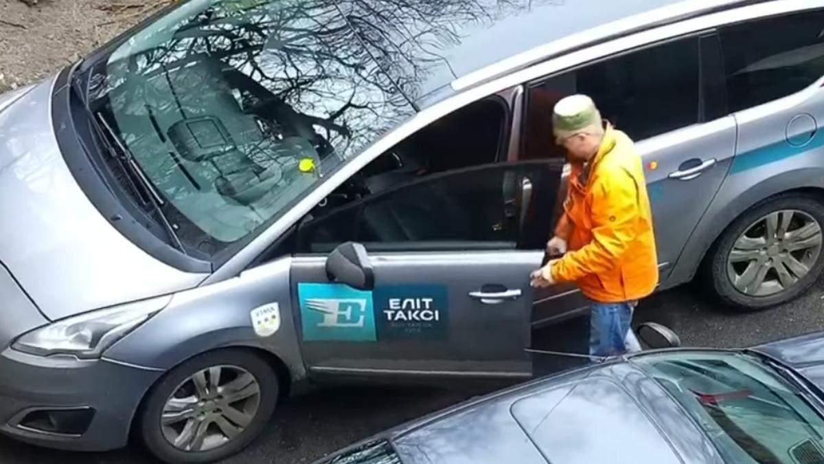 В Киеве на камеру сняли, как водитель такси употребляет наркотики