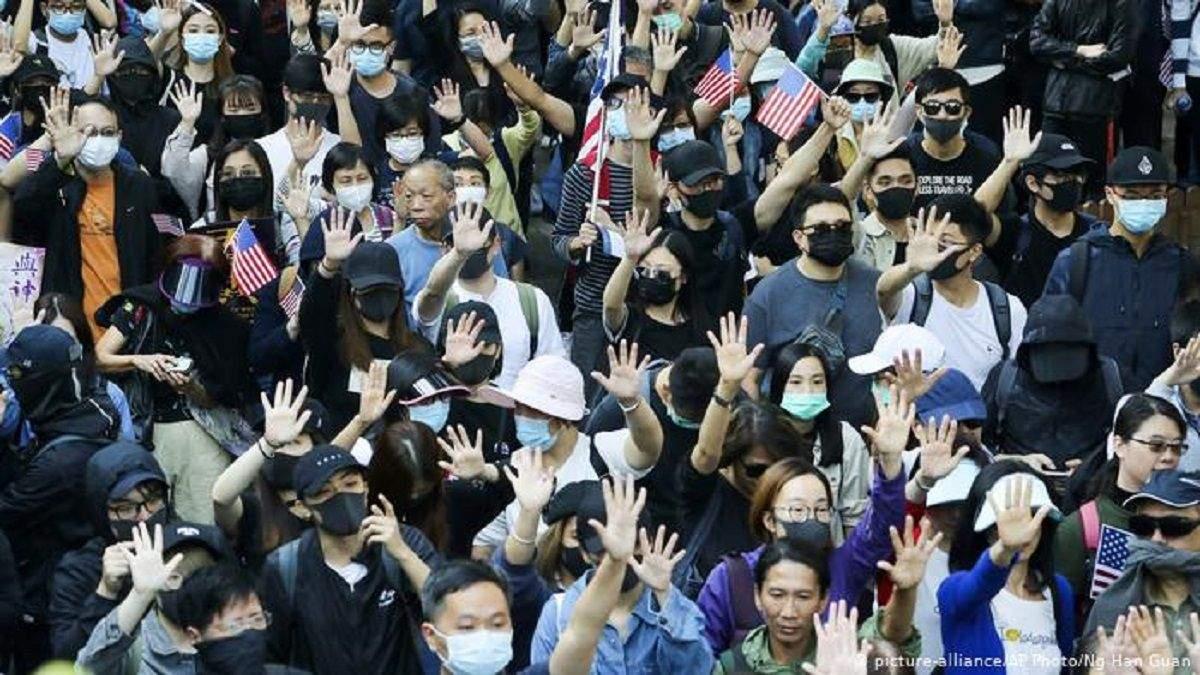 Протести у Гонконгу: десятки активістів затримали, є депутати
