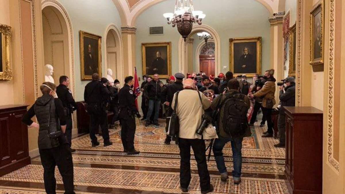 Сторонники Трампа ворвались в здание Конгресса: видео