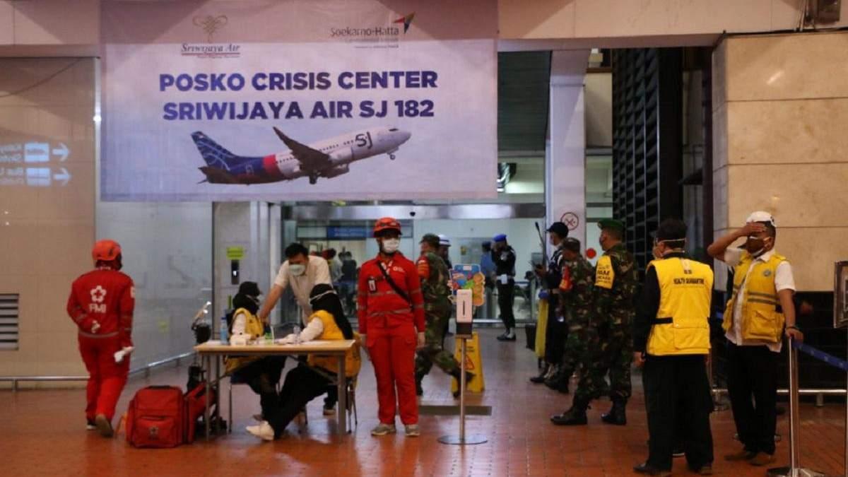Мужчина потерял семью в авиакатастрофе самолета в Индонезии: история