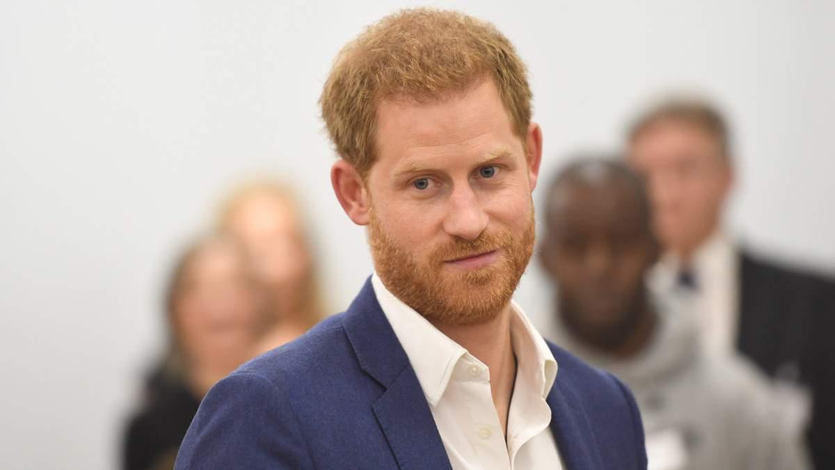 Принц Гарри отрастил волосы и собирает их в хвостик: рассказ Роба Лоу о своём соседе