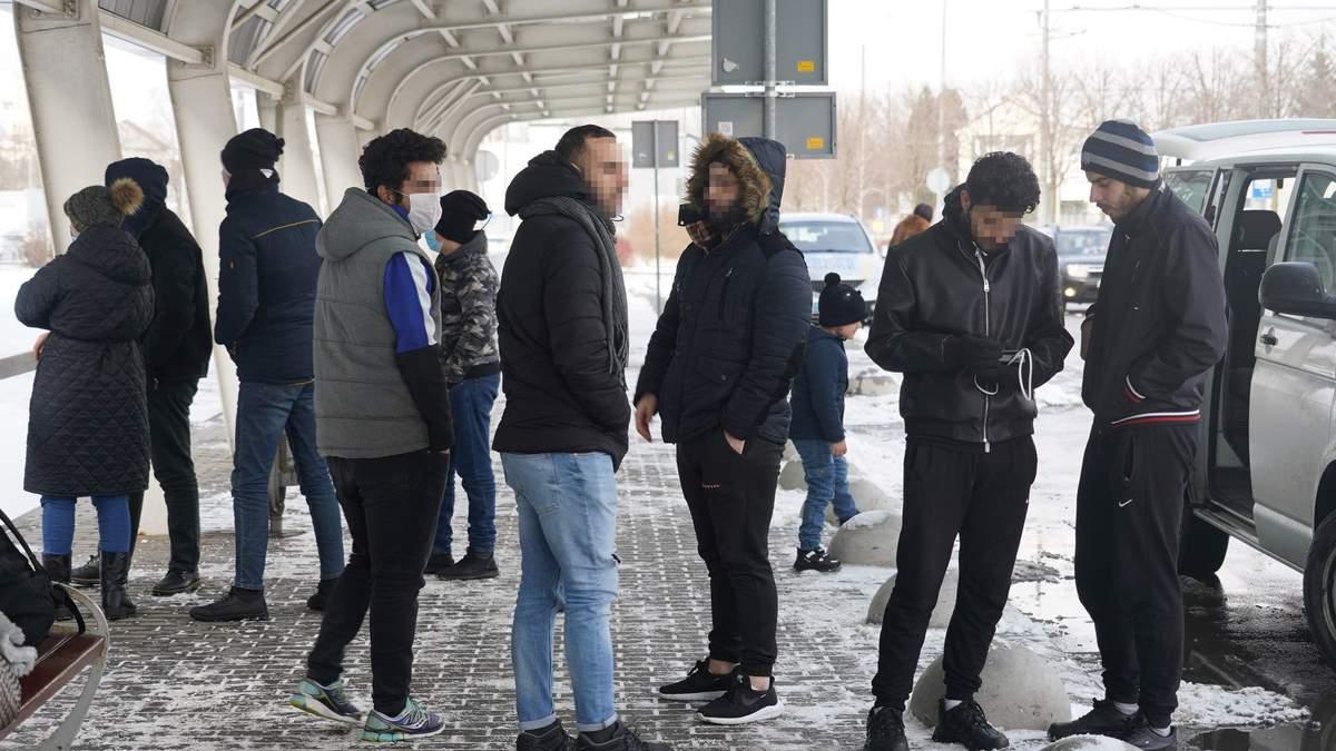 Хотіли потрапити у ЄС: правоохоронці депортували з України нелегальних мігрантів з Іраку