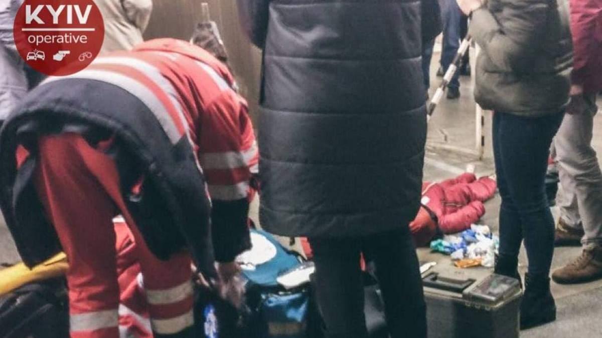 У Києві на одній з найважливіших станцій метро чоловік впав на рейки