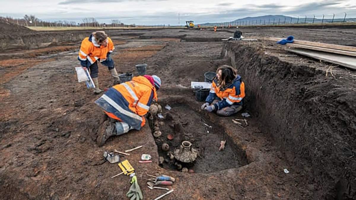 Французькі археологи знайшли 2000-річну могилу дитини з собакою