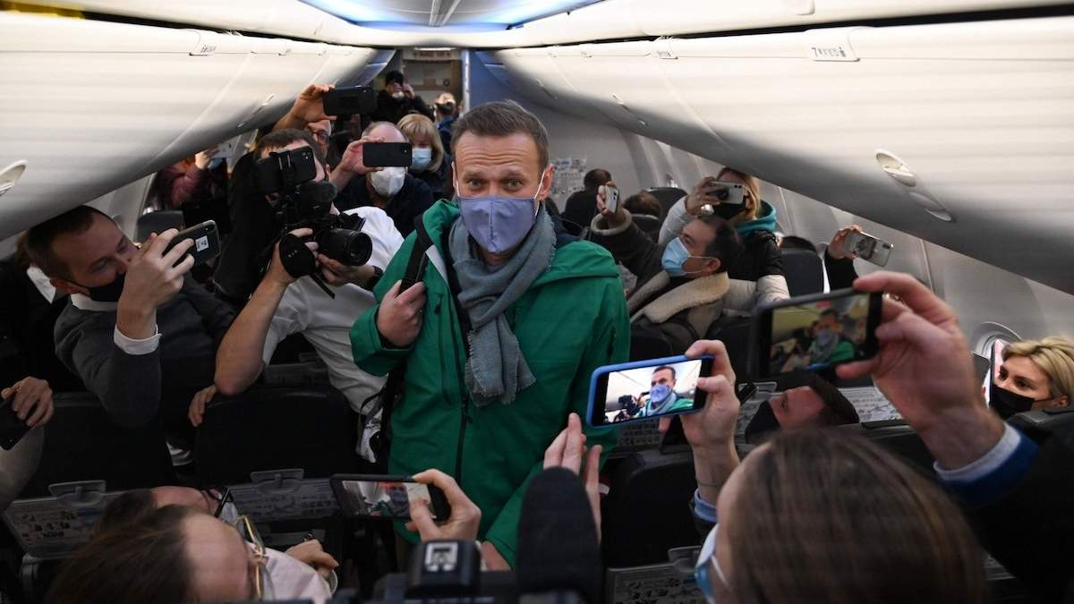 Навального вывезли из Москвы, с ним нет связи: что известно