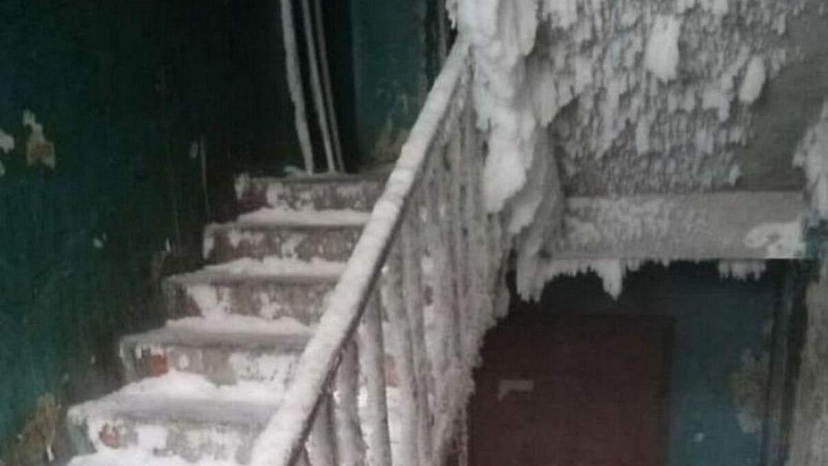 В России общежитие превратилось в ледяную пещеру: шокирующее видео