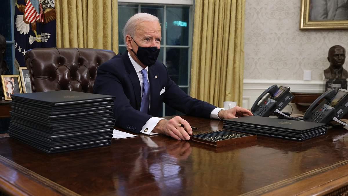 Байден подписал первые указы на посту президента: подробности документов
