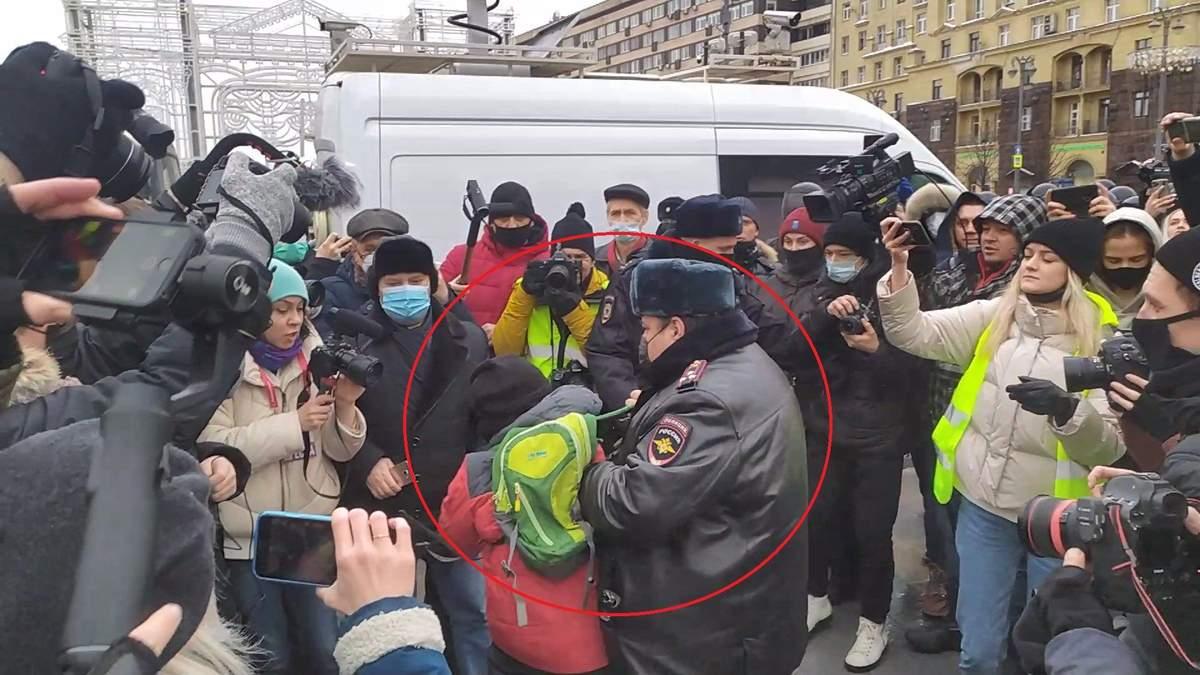 На протестах у Росії силовики затримали дитину: відео
