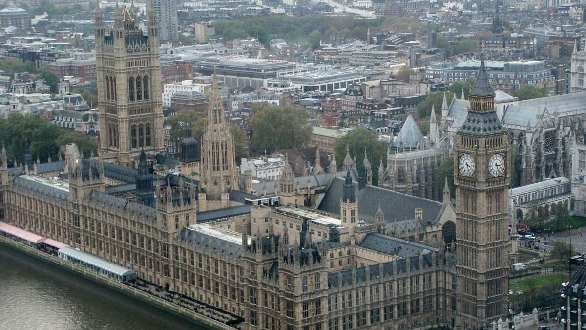 Вестминстерский дворец в Лондоне охватило дымом: видео
