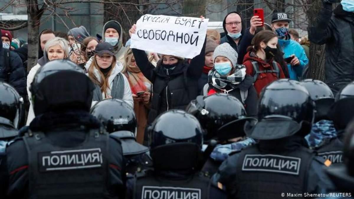 Вышло мало людей, много голосуют за Путина, - Песков о протестах
