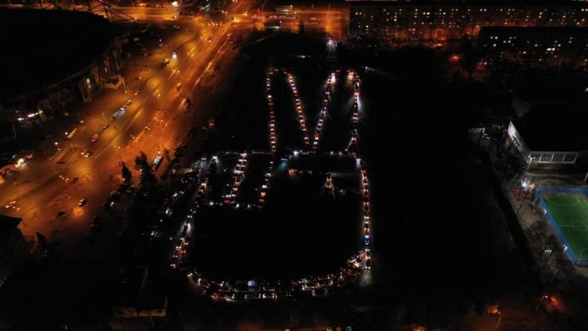 Знак перемоги і вогні: у Харкові провели флешмоб, присвячений Кернесу