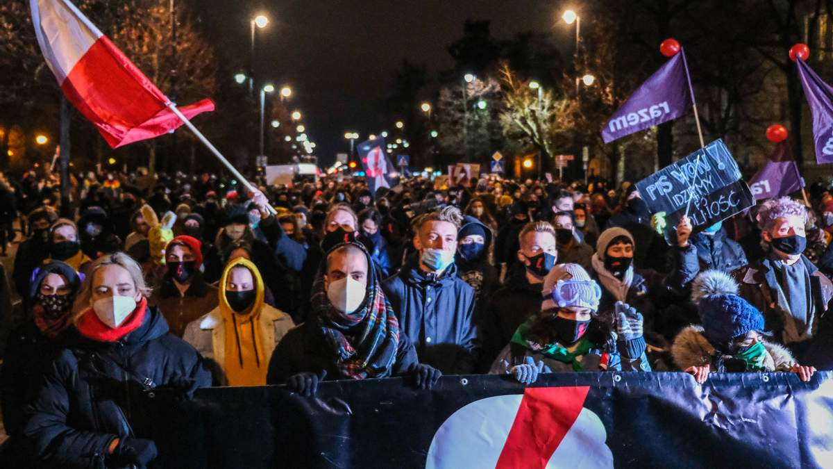 У Польщі знову спалахнули протести через заборону абортів: фото, відео