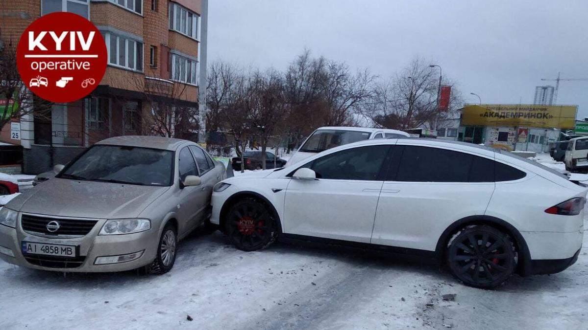 В Киеве Tesla без водителя устроила ДТП с еще двумя машинами