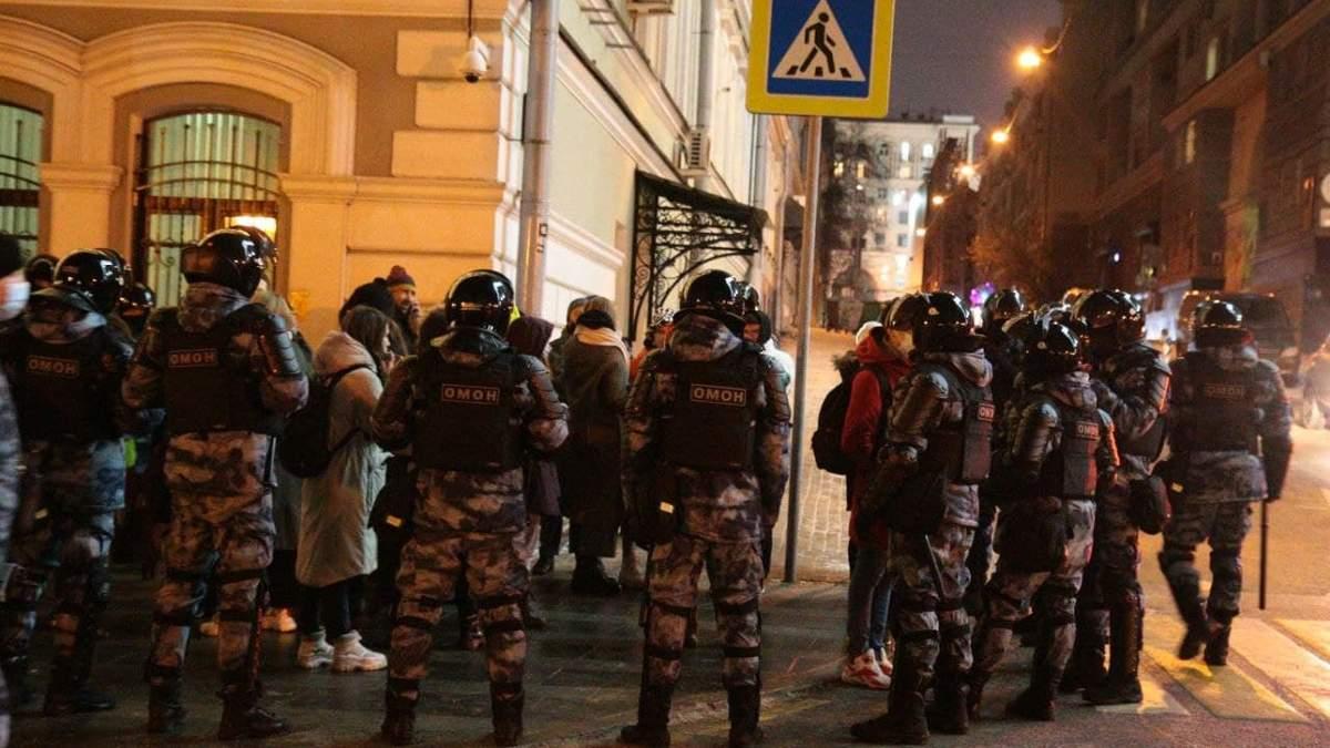 Силовики жорстоко розганяють акції протесту у Росії 02.02.2021: відео