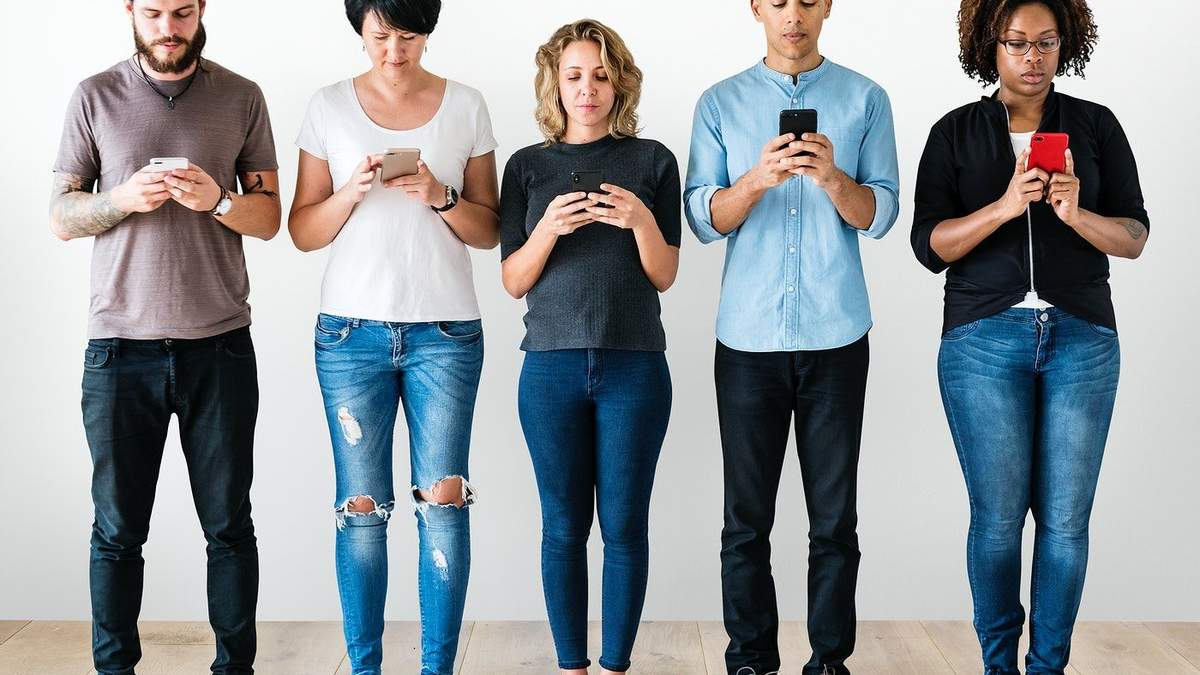 Технології знищують вміння спілкуватись: що робити - Канал 24