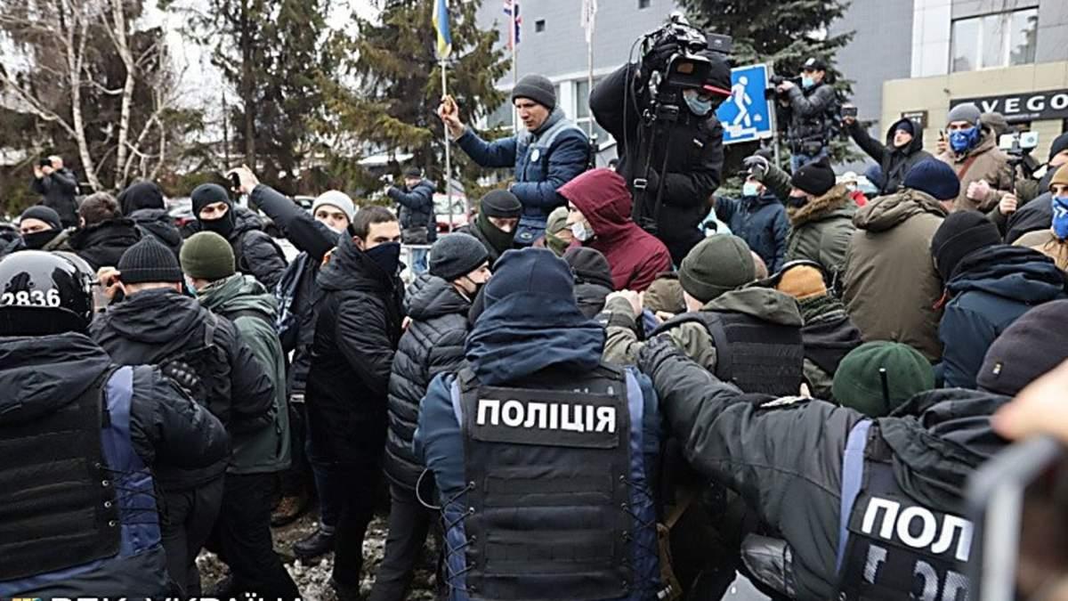 Участник пикета под каналом Наш угрожал выпрыгнуть из окна