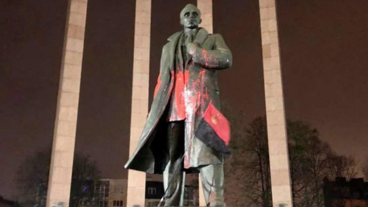 У Львові облили фарбою пам'ятник Степану Бандері: фото