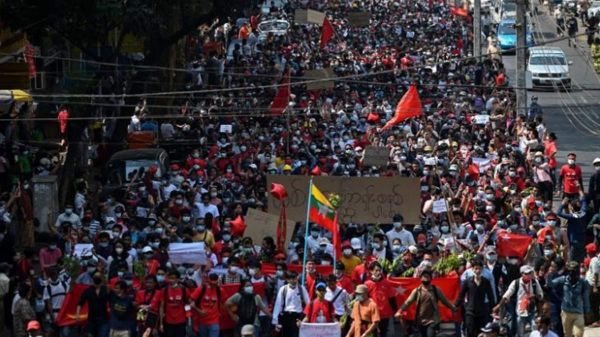 У містах М'янми вийшли на протест десятки тисяч громадян