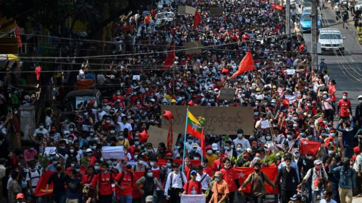В Мьянме тысячи людей вышли на митинг против военного переворота