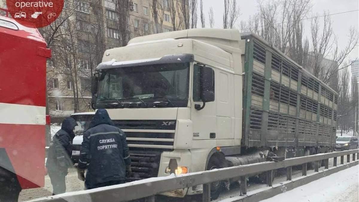 Численні фури, що застрягли на дорозі, паралізували рух Києвом: відео