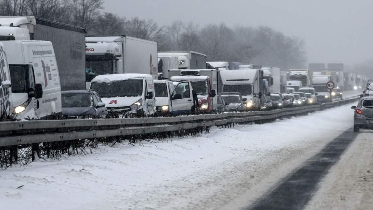 На въезде в Киев на Одесской трассе большая пробка из грузовиков