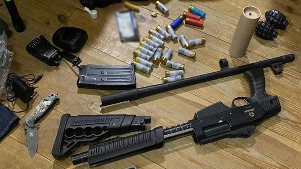 Поліцейські вилучили у тітушок Медведчука гранати та вогнепальну зброю