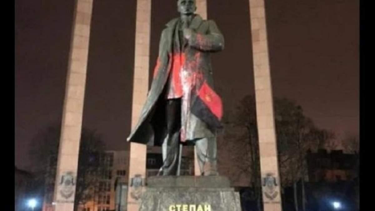 Во Львове задержали вандалов, которые осквернили памятник Степану Бандере: фото