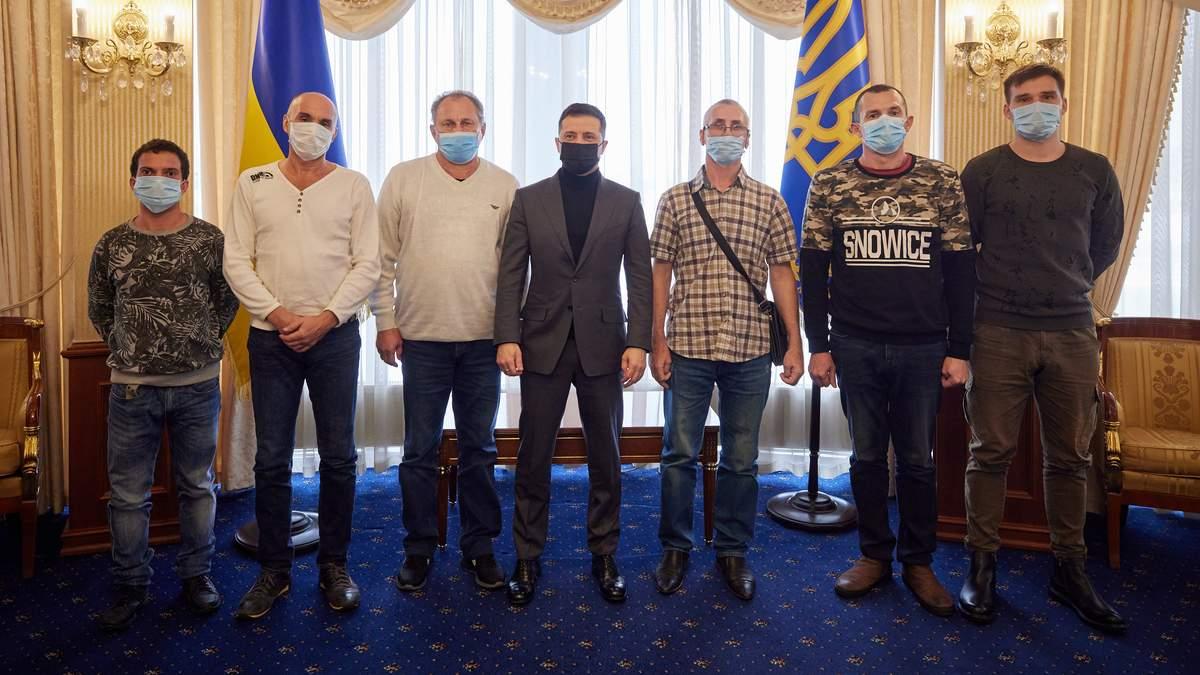 Освобожденные из плена пиратов моряки Stevia вернулись в Украину: с ними встретился Зеленский – все подробности