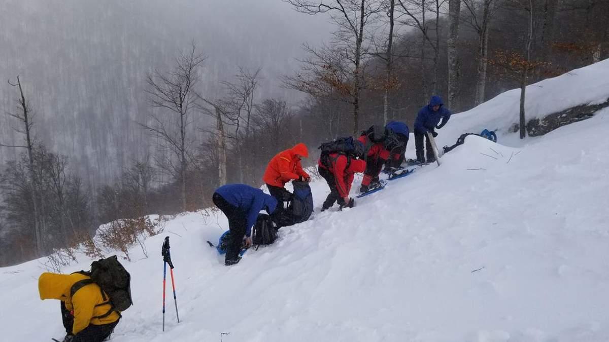 Заблукалого туриста продовжують шукати в горах третій день