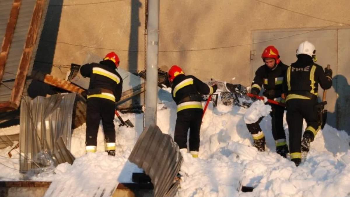 Во Львове от тяжести снега обрушилась крыша: 7 человек оказались в ловушке - фото и видео