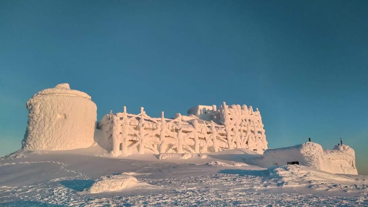 Бывшая обсерватория на горе Поп Иван похожа на замок из снега: фото