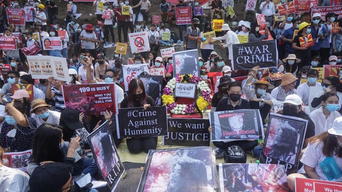 У М'янмі на масштабному протесті застосували зброю: є загиблі