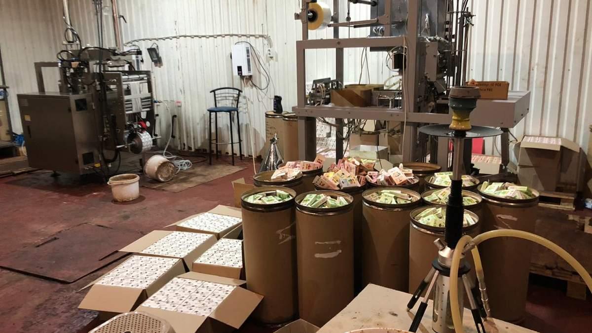 Тонни підробленої кальянної продукції: в Запорізькій області викрили підпільний цех