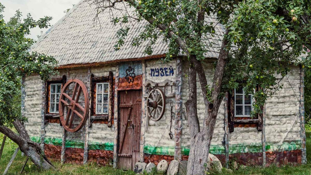 Українець Серафим Лесько збудував музей з пляшок: фото, відео
