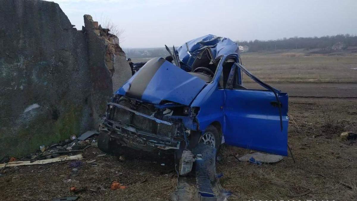 ДТП під Одесою: водій в'їхав у бетонну стіну – фото