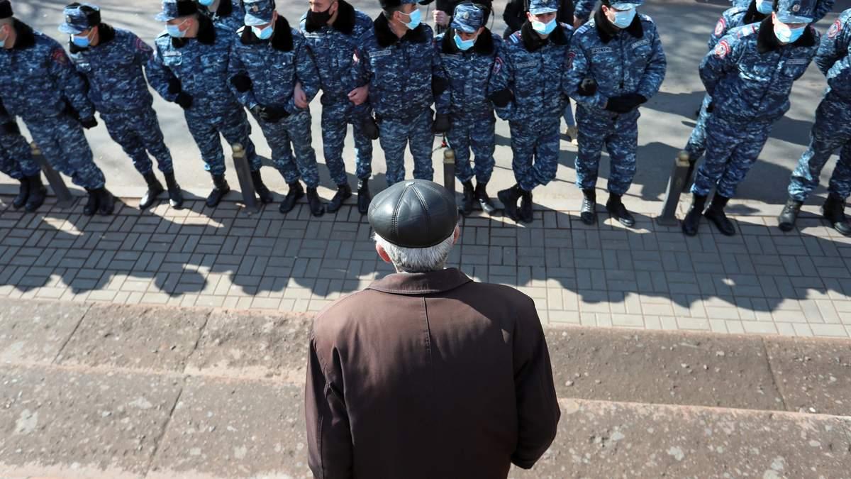 Опозиція у Вірменії закликає силовиків перейти на бік активістів