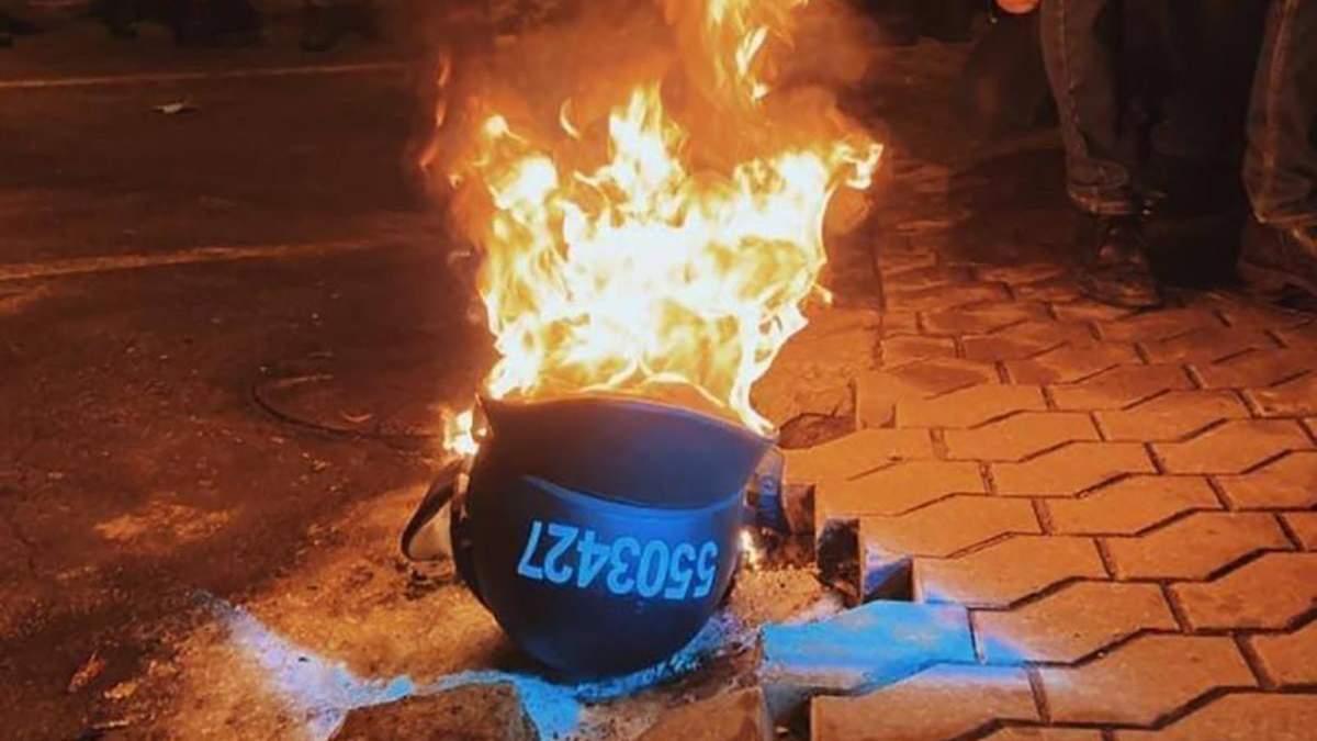 Митингующие на протестах из-за приговора Стерненку жгут шлемы