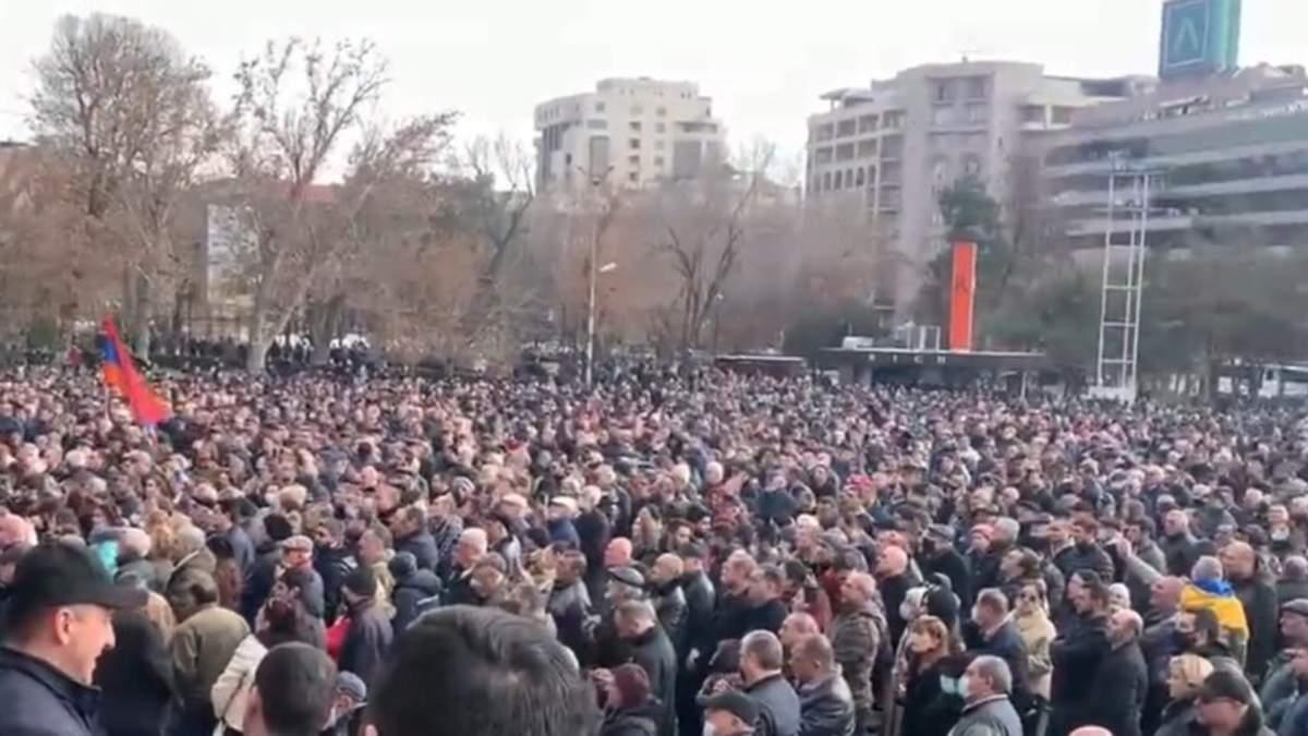 Протестувальники у Єревані перекривають барикадами центр міста
