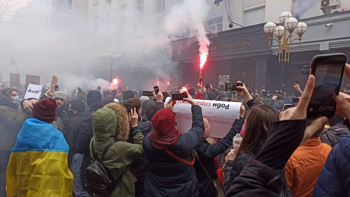 """""""Венедиктова – чума"""": Офис генпрокурора забрасывают файерами – видео"""