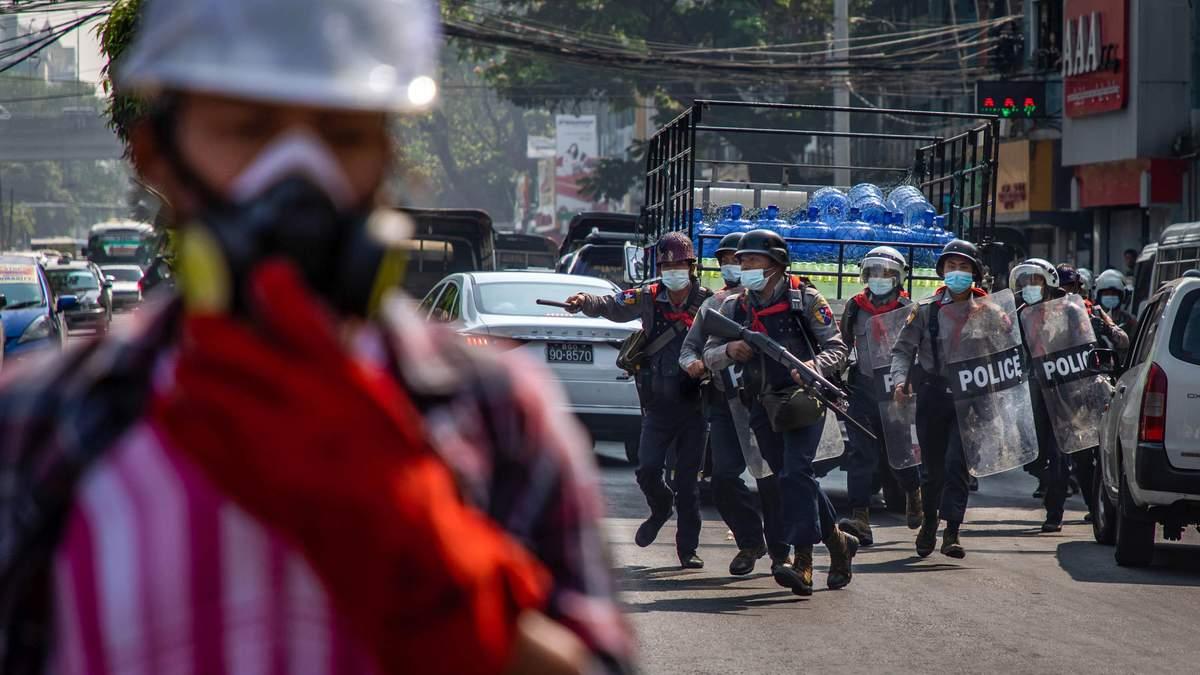 Найбільші міста країни у вогні: у М'янмі тривають масові протести