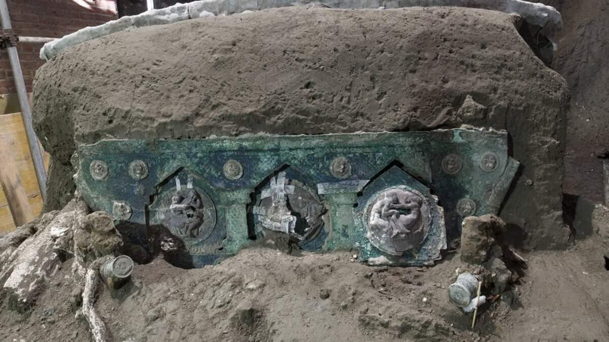 В Помпеях откопали уцелевшую древнюю колесницу: фото и видео