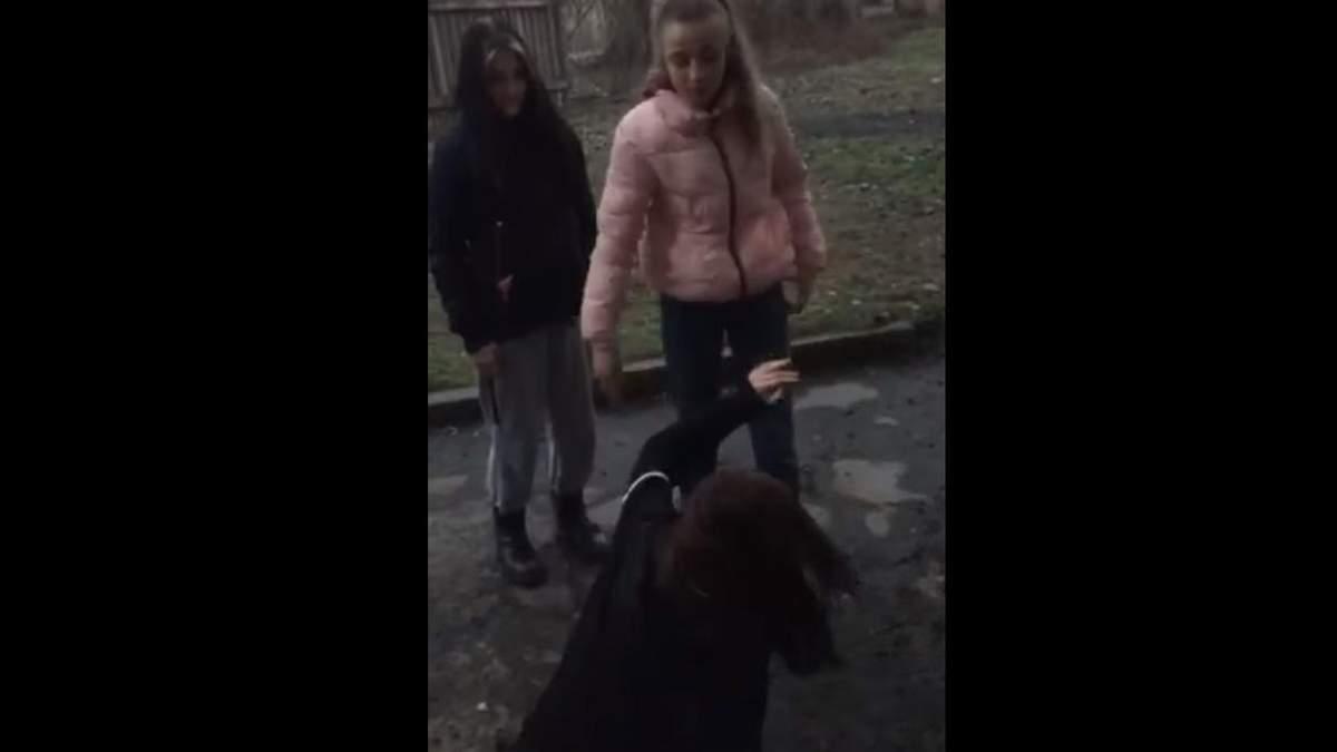 В Кривом Роге школьницы поставили на колени и избили ровесницу: видео