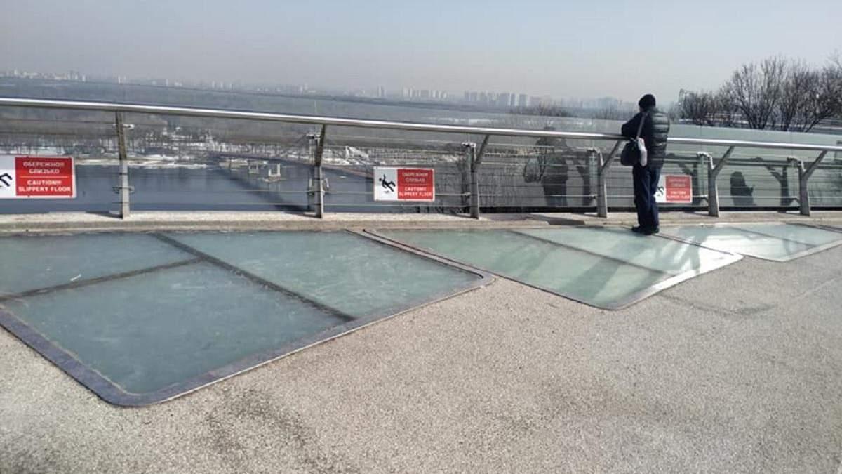 Стеклянные элементы пешеходно-велосипедного моста в очередной раз повредились