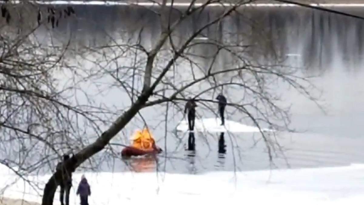 В Киеве мужчины покатались льдиной на Днепре: их спасли