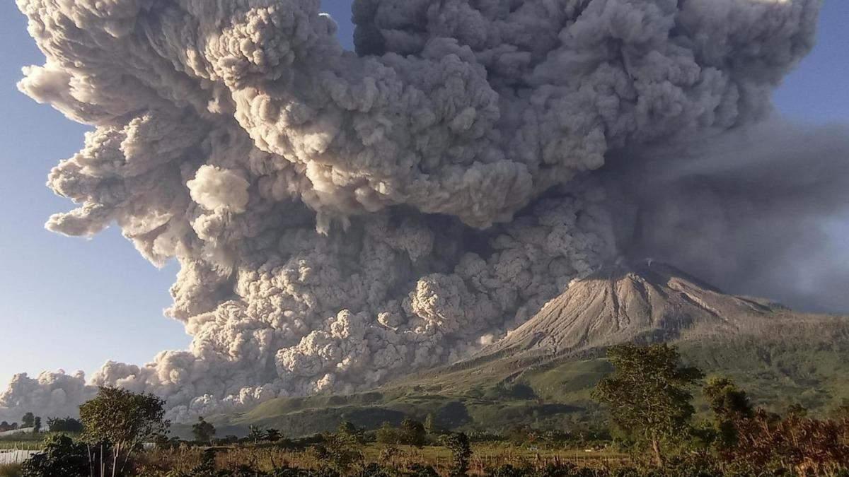 На Суматрі прокинувся вулкан Сінабунг: неймовірні фото та відео