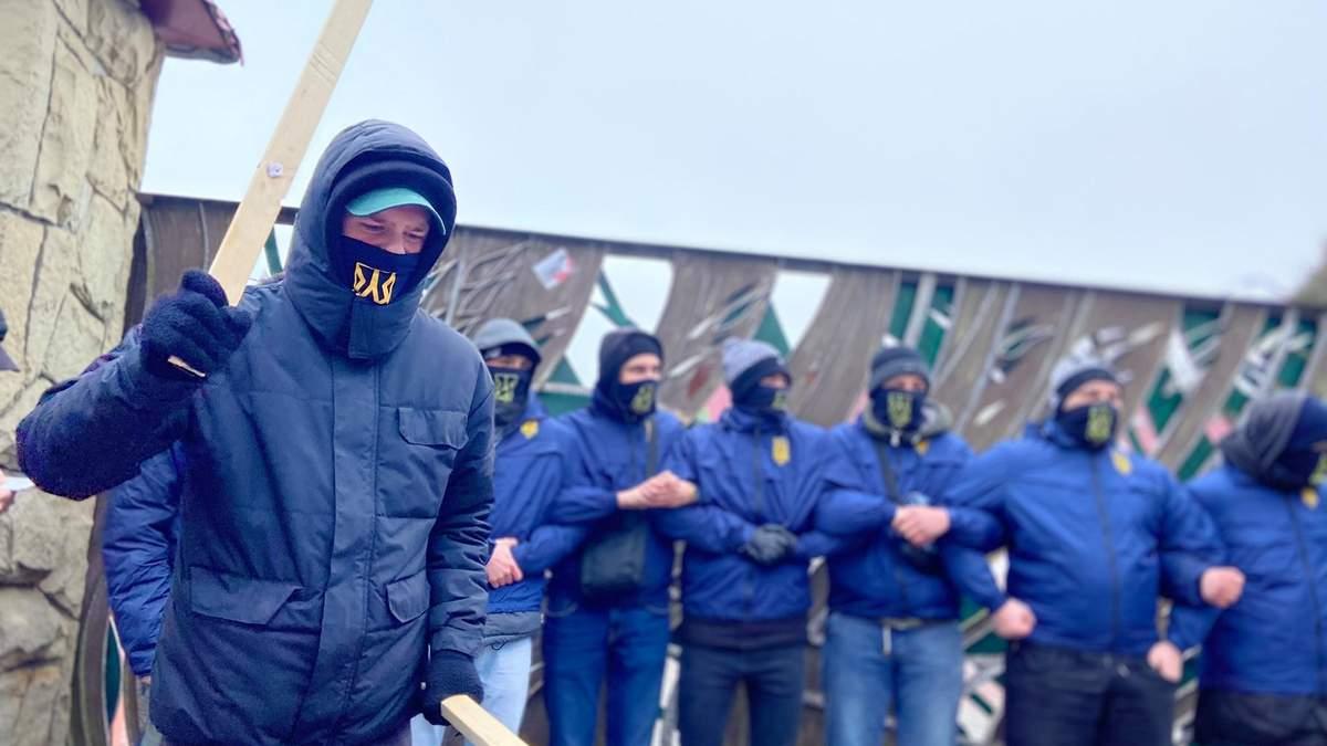Пикет против бизнеса Козака и Медведчука: Нацкорпус заблокировал отель и завод на Львовщине