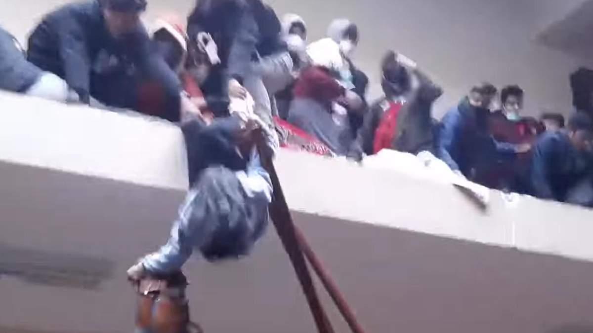 В Боливии 5 студентов упали с 4 этажа, расшатав перила - видео